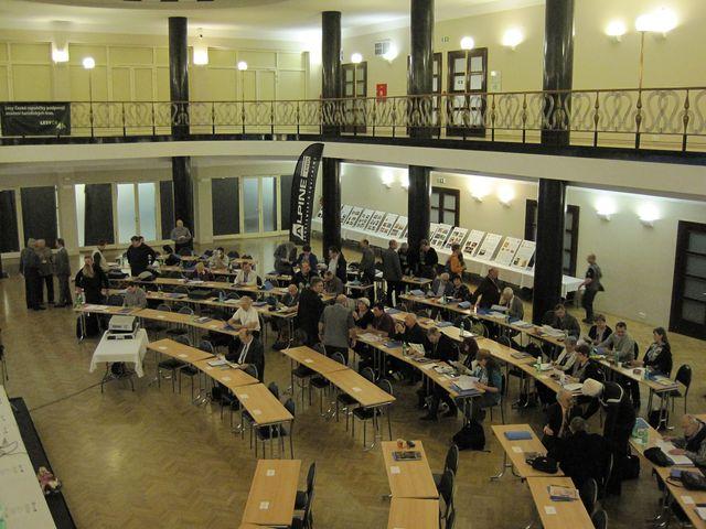 delegáti z celé republiky se scházejí ve Slovanském domě v Praze na konferenci KČT; www.svatosi.cz