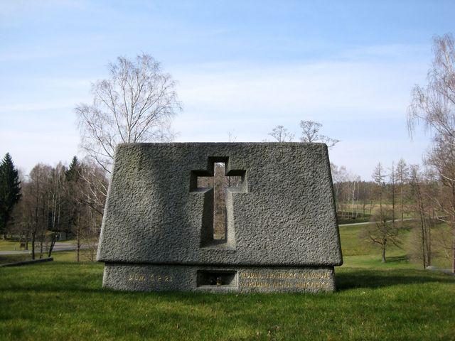 kamenný památník připomíná každý z ležáckých domů; www.svatosi.cz