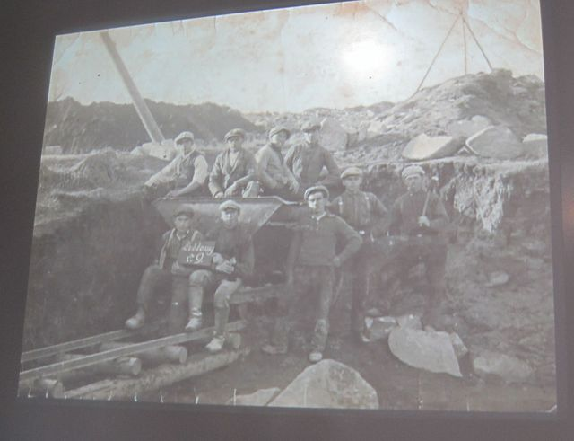 v muzeu jsou promítány i staré fotografie upomínající na vyvražděné obyvatele Ležáků