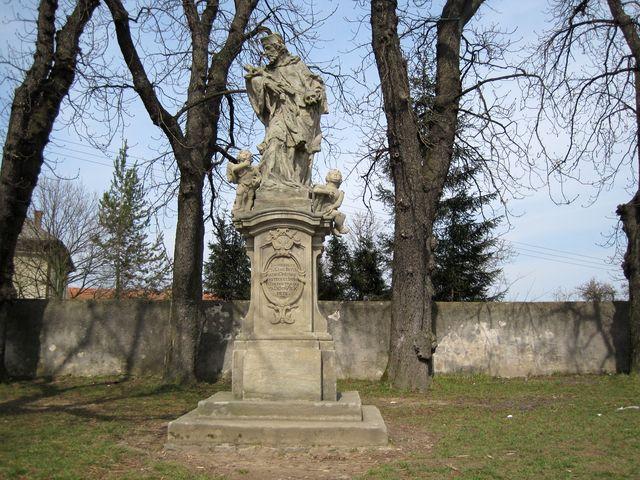 socha sv. Jana Nepomuckého na návsi ve Včelákově