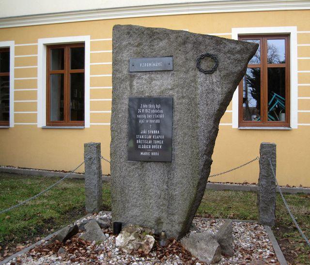 památník dětí z Ležáků před školou ve Včelákově
