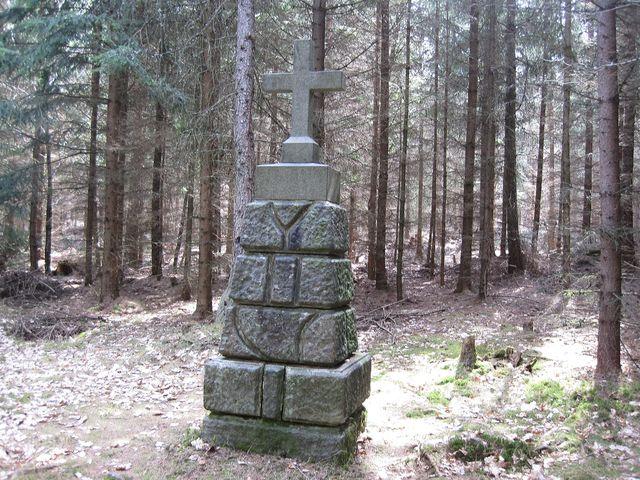 kamenný kříž v lesích u Babákova
