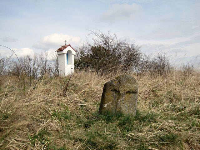 Boží muka a smírčí kámen u rybníka Velký Bor u Trnavy