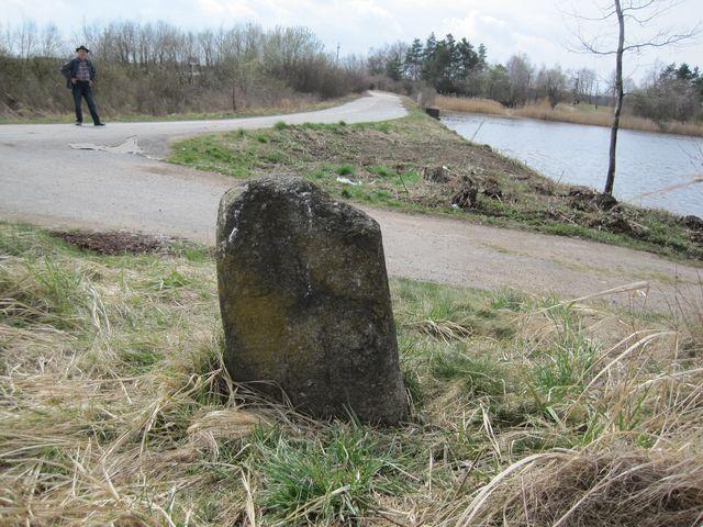smírčí kámen, který připomíná smutnou historii, je u hráze Velkého Boru