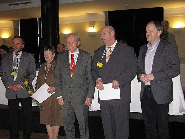 předseda KČT V. Chvátal, čestný předseda J. Havelka a ministr M. Chládek předali ocenění dceři a synovi J. Kodaye; foto M. Bradová