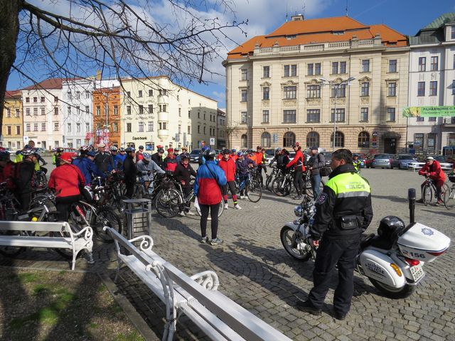ze středu města odjížděli cyklisté pod ochranou městské policie; www.svatosi.cz