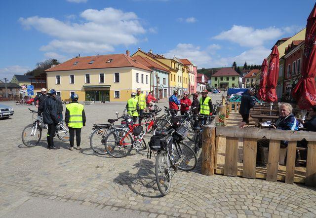 na městečku v Lukách se cyklisté rozhodli o dalším programu; www.svatosi.cz