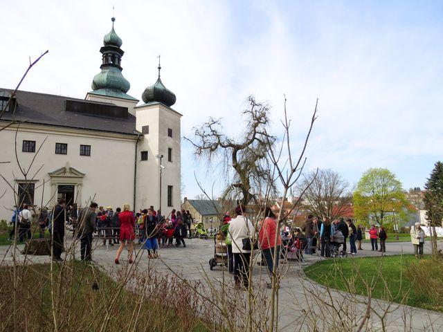 zájemci o výšlap po naučné stezce se scházejí u třešťského zámku, převažují školní dítka; www.svatosi.cz