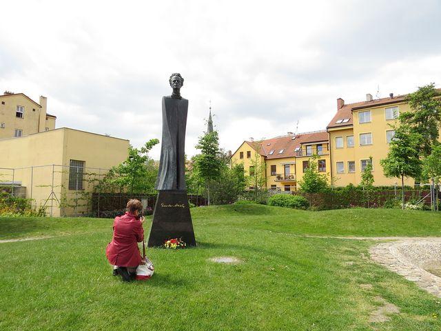 na kolenou před geniálním skladatelem; www.svatosi.cz