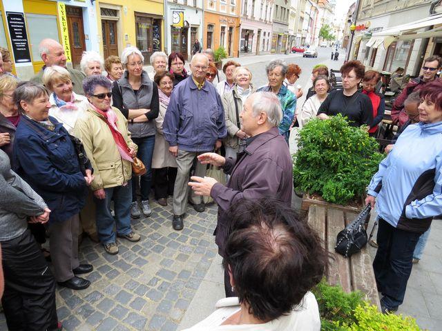 zastavení v Benešově ulici před domem, v němž bydlel během studií na jihlavském gymnáziu Adolf Loos; www.svatosi.cz