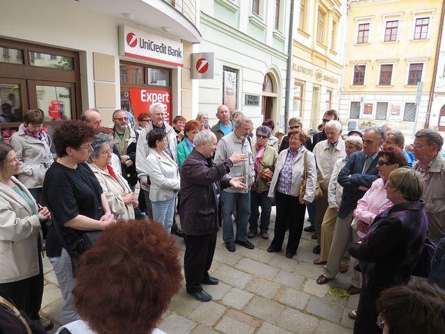 na náměstí před domem, v němž se narodil August Prokop; www.svatosi.cz