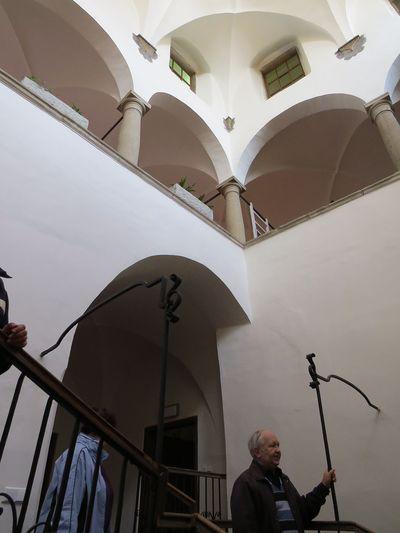 prosvětlená dvoupatrová dvorana muzea Vysočiny v Jihlavě; www.svatosi.cz