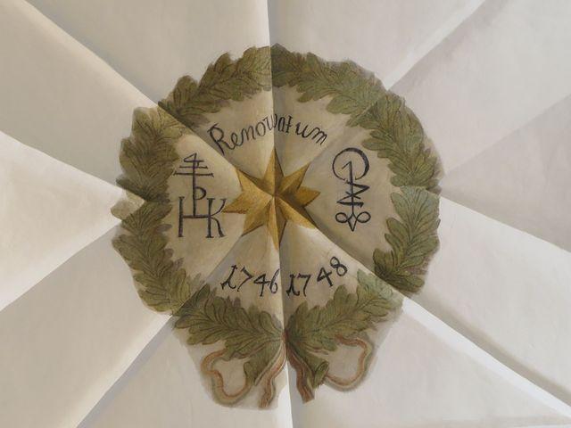 ze stropního nápisu se dozvídáme, že dům byl opraven v letech 1746-48, po stranách jsou iniciály vlastníků
