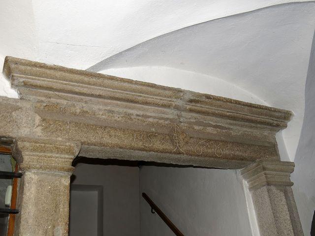v portále je vytesán letopočet 1566; www.svatosi.cz