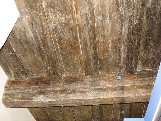 v domě se zachovaly renesanční trámové stropy s letopočtem 1599