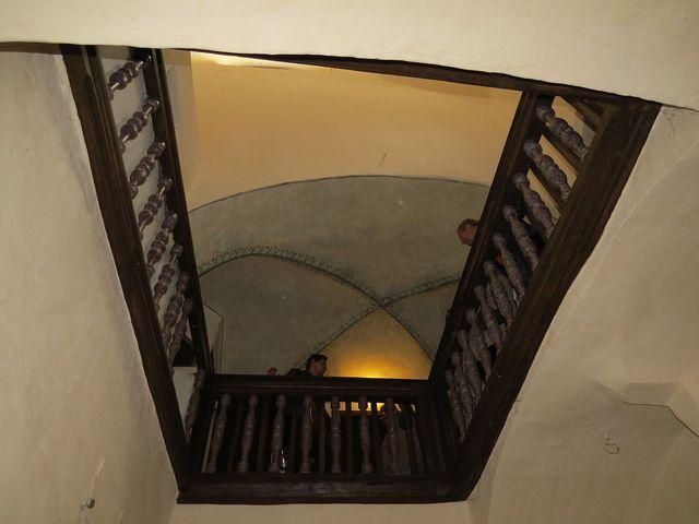 dřevěné zábradlí je ze 16. století