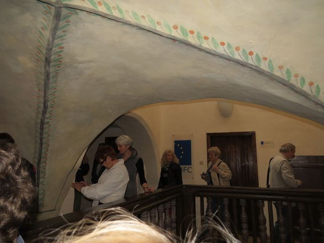 třípatrový dům je poměrně úzký, proto se stavělo do hloubky a bylo nutné vyřešit osvětlení vnitřní haly