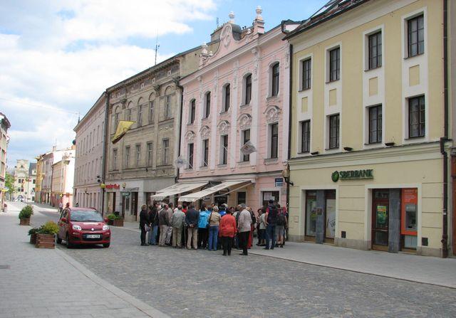 ve žlutém domě, kde je dnes banka, bydlel student Adolf Loos; foto F. Janeček