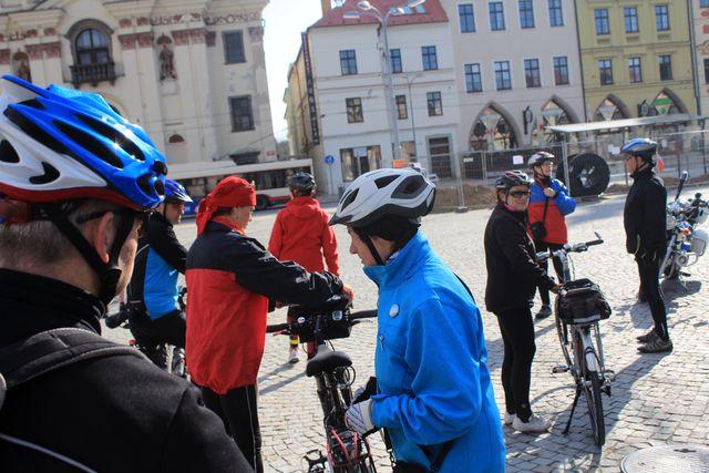 cyklisté se scházejí na prostorném jihlavském náměstí; foto J. Varhaník