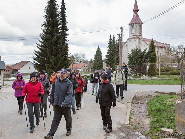 skupinu vedl Jiří Palán - zde jsme na návsi v Opatově; foto P. Vítek