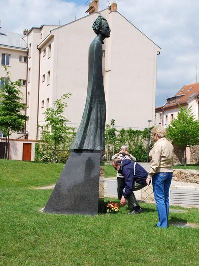 Věra Veselá z KČT Čeřínek a Ing. Josef Poukar pokládají kytici k soše Gustava Mahlera; foto V. Hloupý