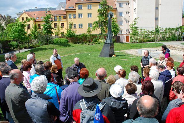 historik umění PhDr. Ivan Žlůva hodnotí celkovou koncepci parku a sochu skladatele od profesora Jana Koblasy; foto V. Hloupý
