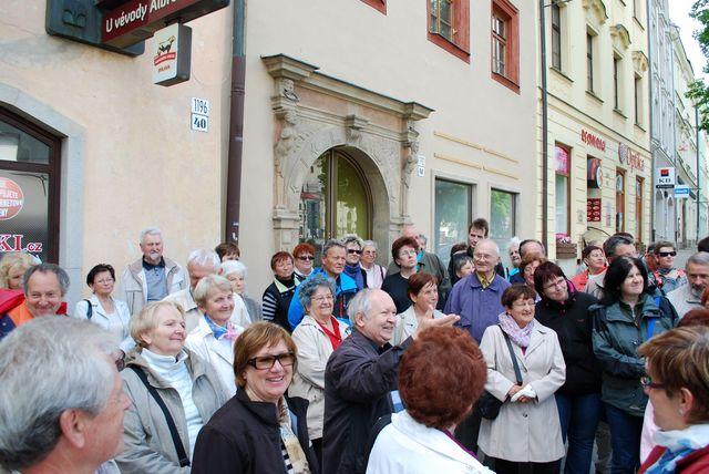 Dr. Ivan Žlůva upozorňuje na stavební zvláštnosti renesančních domů; foto V. Hloupý