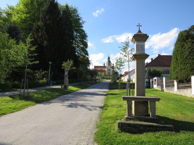 křížová cesta vede k poutnímu kostelu v Chlumu u Třeboně