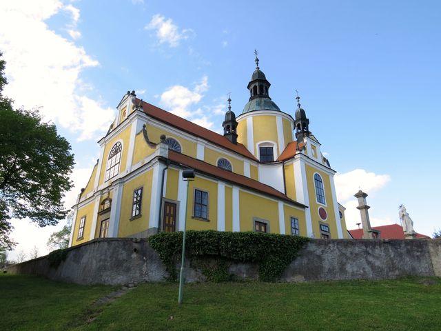 votivní kostel s pěti věžičkami postavil majitel panství z vděčnosti za záchranu života