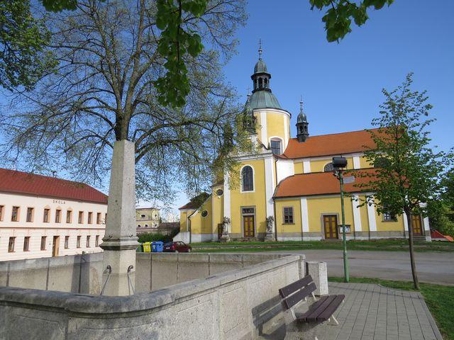 náměstí v Chlumu u Třeboně je na kopci nad rybníkem Hejtman