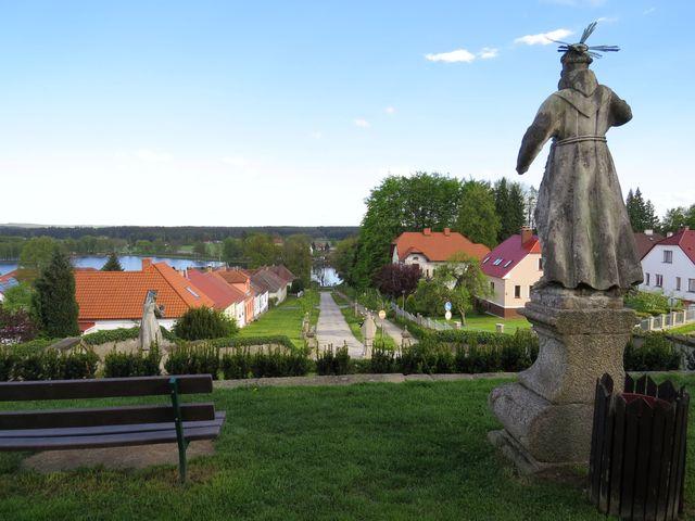 výhled z terasy před kostelem na křížovou cestu a rybník Hejtman