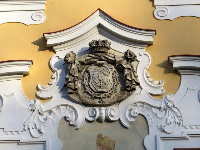 zámek prošel v posledních letech rekonstrukcí - na snímku erb rodiny ď Este