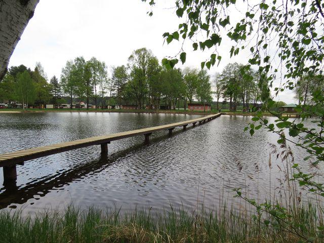 pohled z ostrůvku na kemp u rybníka