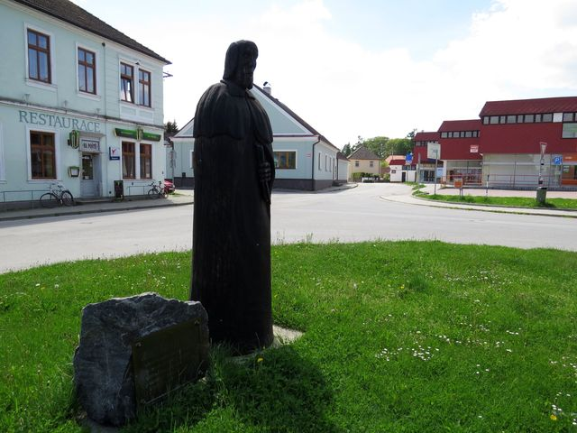 u hráze rybníka Hejtman v Chlumu u Třeboně je symbolická dřevěná socha rybníkáře Mikuláše Rutharda z Malešova
