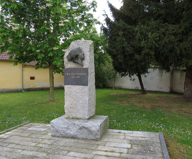 v městečku je památník nejslavnější obyvatelky