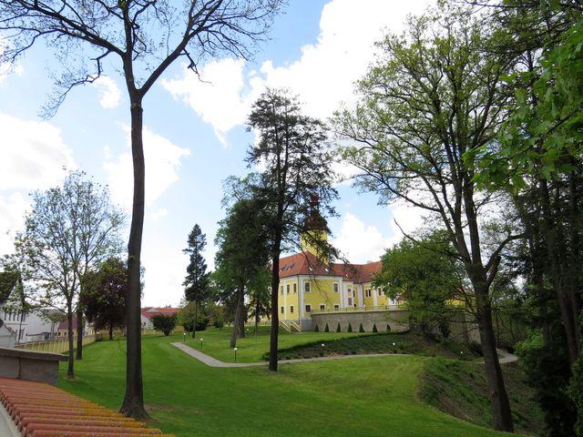 k zámku patří rozsáhlý park, kterým protéká Nežárka