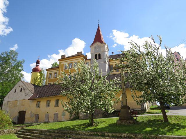 bývalá zvonice těsně přiléhá k budově školy ve Stráži nad Nežárkou