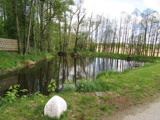jeden z rybníků v areálu letohrádku; www.svatosi.cz