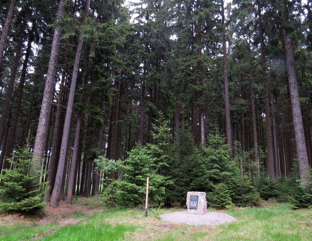 pamětní kámen připomíná mnohaletou péči o zdraví lesů