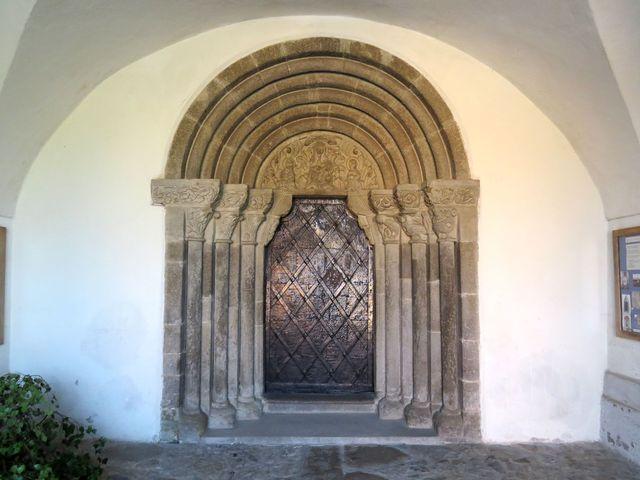 vzácný románský portál v Měříně