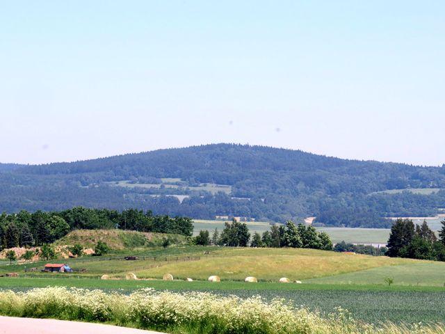ústředním bodem kraje je Dědkovská hora; www.svatosi.cz