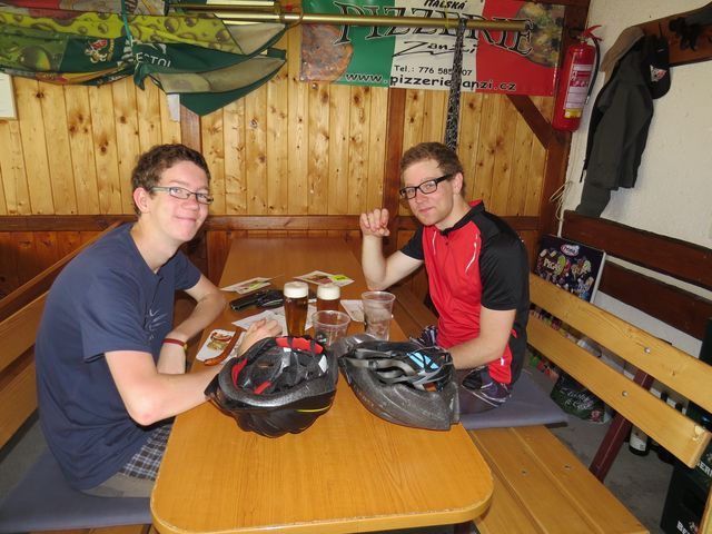 cyklisté-muzikanti si dopřáli odpočinek před druhou polovinou cesty