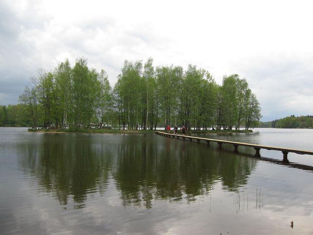 na ostrůvek uprostřed rybníka je přístup po dřevěné, 90 metrů dlouhé lávce