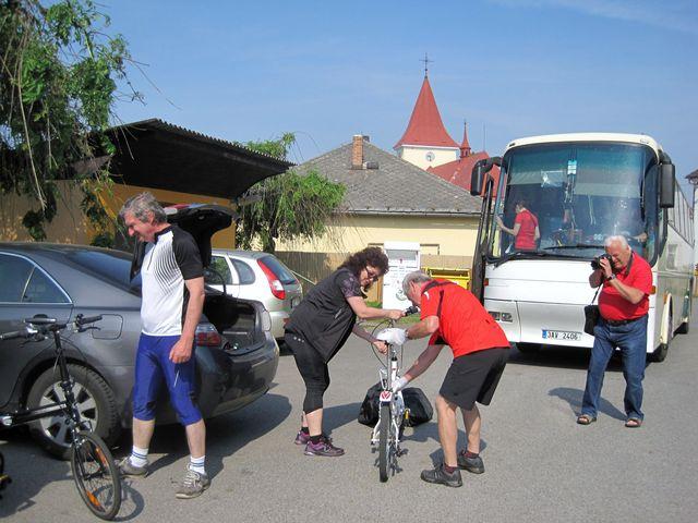 příprava kol před startem; www.svatosi.cz