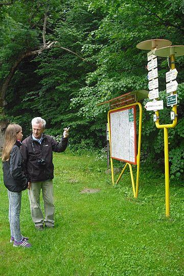 Mirek vysvětluje adeptce turistiky způsob značení cest; foto P. Varhaníková