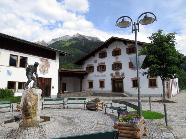 obec Bach leží v hlubokém údolí řeky Lech