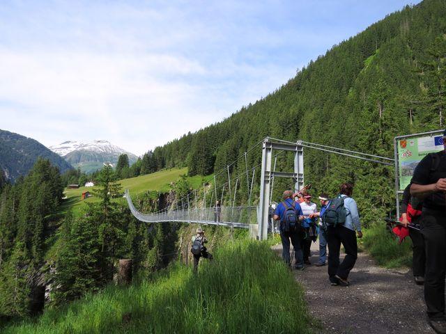 délka mostu je 200 metrů, výška nad soutěskou 110 metrů