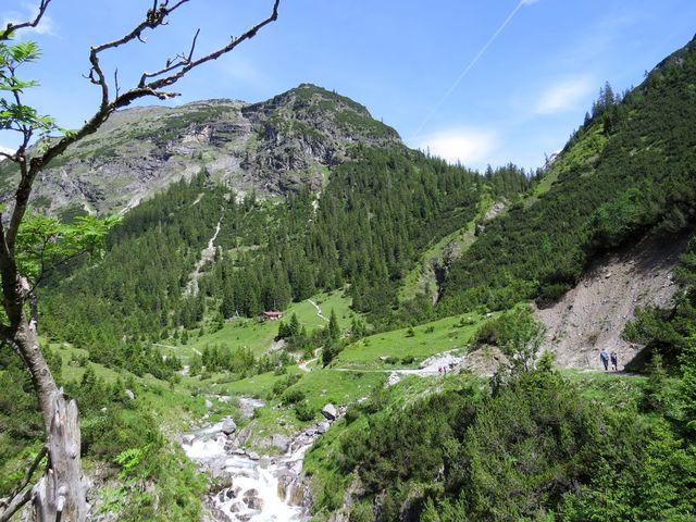 údolí s chatou Roßgumpenalm