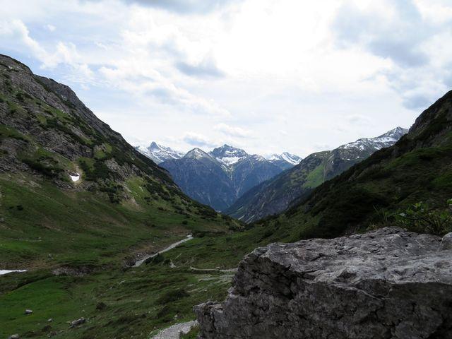 stoupáme k Mädelejoch - výhled na Lechtalské Alpy