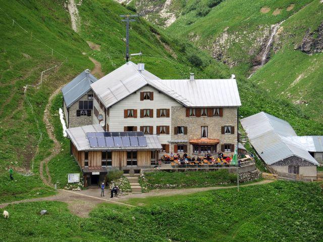 Kemptner Hütte - naši přátelé už jsou před chatou